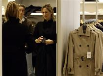 <p>Customers try on clothes inside a Zara store in central Madrid October 20, 2008. REUTERS/Sergio Perez</p>