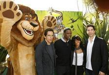 """<p>El personaje de Alex el león junto a los actores (izq-der) Ben Stiller, Chris Rock, Jada Pinkett Smith y David Schwimmer durante el estreno de """"Madagascar 2"""" en Westwood 26 oct 2008. Los codirectores de """"Madagascar: Escape 2 Africa"""" revelaron nuevos planes de viaje para Alex el león y sus amigos durante el estreno de la continuación del filme de Dreamworks Animation del 2005. REUTERS/Mario Anzuoni (EEUU)</p>"""