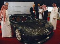 <p>Christian Von Koenigsegg, CEO of Koenigsegg (C) speaks with Saudi men next to a Koenigsegg CCXR car, at a luxury cars exhibition in the Red Sea city of Jeddah October 28, 2008. Fears of a global recession may be gripping much of the world, but in the world's largest oil exporter Saudi Arabia car manufacturers are betting on more big spending. REUTERS/Asma Alsharif</p>