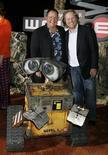 <p>Il robottino Wall-e, che dà il nome al cartoon campione di incassi, con Andrew Stanton, il suo creatore, e John Lasseter, degli studios Disney Pixar Animation. REUTERS/Fred Prouser (UNITED STATES)</p>