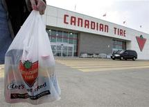 <p>A female shopper carries her purchases from a Canadian Tire store in Toronto, April 6, 2005. TREUTERS/Mike Cassese</p>