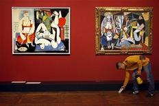 <p>Foto de archivo de un trabajador del museo Louvre limpiando el suelo debajo de unas obras del pintor español Pablo Picasso, Pariís, 7 oct 2008. La casa de subastas Sotheby's retiró una pintura cubista de Pablo Picasso que se encontraba lista para ser rematada el lunes como parte de una venta de arte moderno e impresionista. REUTERS/Charles Platiau</p>