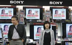 <p>Le bénéfice d'exploitation de Sony a reculé de 90% sur la période juillet-septembre, à 11,05 milliards de yens (111,5 millions de dollars) contre 111,62 milliards un an auparavant, notamment sous l'effet de hausse du yen et d'une baisse des ventes d'appareils photo numériques. /Photo prise le 29 octobre 2008/REUTERS/Kim Kyung-Hoon</p>