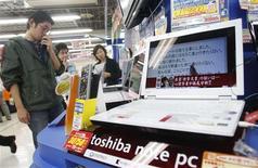 <p>Toshiba a vu son bénéfice d'exploitation trimestriel plonger de 99% sous l'effet du ralentissement du marché des semi-conducteurs. Le groupe nippon s'en tient cependant pour l'instant à ses prévisions annuelles, déjà révisées bien que toujours supérieures au consensus. /Photo prise le 29 octobre 2008/REUTERS/Kim Kyung-Hoon</p>