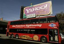 <p>Un autobus turistico passa davanti a un cartello che pubblicizza Yahoo a San Francisco. REUTERS/Robert Galbraith</p>