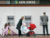 <p>A woman pushes a pram outside ABN-AMRO Bank ATM machines in Amstelveen in this May 29, 2007 file photo. REUTERS/Koen van Weel/Files</p>
