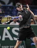 <p>Andy Roddick joga contra Gilles Simon na França. O tenista norte-americano Roddick assegurou uma das três vagas restantes para a Masters Cup ao bater o francês Gilles Simon por 6-3 e 7-5 na terceira rodada do Masters de Paris, nesta quinta-feira. REUTERS/Jacky Naegelen</p>
