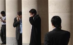 <p>Foto de archivo de trabajadores realizando llamadas telefónicas en la plaza Paternoster a la salida de la bolsa de Londres, 1 oct 2008. Foto de archivo de trabajadores realizando llamadas telefónicas en la plaza Paternoster a la salida de la bolsa de Londres, 1 oct 2008. REUTERS/Toby Melville</p>