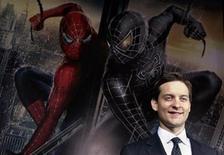 """<p>El actor Tobey Maguire sonríe durante el estreno de """"Spider-Man 3"""" en Tokio 16 abr 2007. David Lindsay-Abaire, el escritor ganador del premio Pulitzer del 2007 por su drama """"Rabbit Hole"""", está en la última etapa de negociaciones para trabajar en el guión de """"Spider-Man 4"""" para Columbia. Sam Raimi y Tobey Maguire regresarán a la producción como el director y la estrella, respectivamente. Kirsten Dunst también retomaría se personaje para la nueva entrega del superhéroe de Marvel Comics. REUTERS/Yuriko Nakao (JAPON)</p>"""