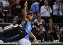 <p>Rafael Nadal, da Espanha, acena para platéia depois de partida do torneio Masters de Paris, no dia 31 de outubro. Rafael Nadal e Roger Federer, respectivamente número um e número dois do tênis mundial, se retiraram do Masters de Paris por problemas com lesões. REUTERS/Jacky Naegelen (FRANCE)</p>