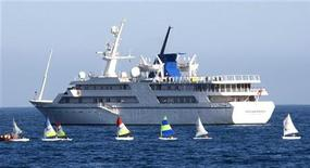 <p>L'Ocean Breeze, lo yacht costruito per l'ex dittatore iracheno Saddam Hussein, fotografato nella baia di Saint Jean Cap Ferrat, in Francia. REUTERS/Eric Gaillard</p>