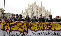 <p>Alcuni studenti durante una manifestazione di protesta a Milano, qualche giorno fa. REUTERS/Alessandro Garofalo</p>
