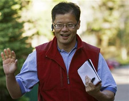 Jerry Yang, the chief executive officer of Yahoo! Inc waves at photographers as he arrives at the 26th annual Allen & Co conference in Sun Valley, Idaho July 11, 2008. REUTERS/Rick Wilking