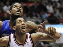 <p>O Detroit Pistons não conseguiu tirar proveito dos 24 pontos marcados por seu mais novo contratado, Allen Iverson, e perdeu o seu primeiro jogo da temporada por 103 a 96 para New Jersey Nets, na sexta-feira. REUTERS/Ray Stubblebine</p>