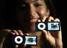 <p>Foto de archivo del lanzamiento del iPod Nano de Apple en Bombay, 15 sep 2008. Los auriculares de los iPods y otros reproductores de música digital podrían perjudicar a quienes usan marcapasos o desfibriladores implantables. REUTERS/Punit Paranjpe (INDIA)</p>