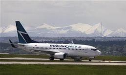 <p>A Westjet airline plane lands at the Calgary International Airport in Calgary, Alberta, June 17, 2008. REUTERS/Todd Korol</p>