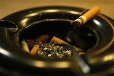 <p>A cigarette lies in ashtray in front of a pub in Bensheim early July 30, 2008. REUTERS/Alex Grimm</p>