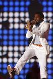 <p>El rapero estadounidense Kanye West se presenta en la ceremonia de los premios MTV Europe Music Awards en Liverpool 6 nov 2008. Las nuevas producciones de The Killers, Ludacris y Kanye West debutarán un día antes de lo programado, el lunes 24 de noviembre, para capitalizar en el fin de semana de compras del festivo estadounidense del Día de Acción de Gracias, señaló el sello Island Def Jam. REUTERS/Phil Noble</p>