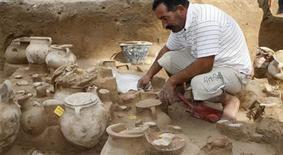 <p>Un trabajador observa vasijas de barro de 2.900 años de antigüedad que los antiguos fenicios en un sitio de excavación en Tiro 12 nov 2008. Arqueólogos libaneses y españoles descubrieron vasijas de barro de 2.900 años de antigüedad que los antiguos fenicios usaron para guardar los restos de sus fallecidos tras incinerar los cadáveres. REUTERS/Haidar Hawila (LIBANO)</p>