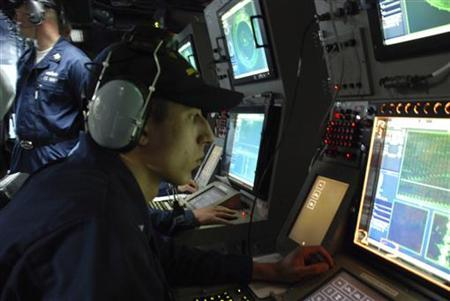 U.S. Navy STG3 Roland Stout aboard the USS Momsen monitors sonar in search of submarines during training exercises underway off the California Coast, January 27, 2008. REUTERS/Kristin Roberts