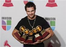 <p>El cantante colombiano Juanes posa con los galardones que recibió el jueves en la ceremonia de premiación Grammy Latino en Houston, Texas, 13 nov 2008. REUTERS/Jessica Rinaldi (UNITED STATES)</p>