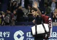 <p>Roger Federer acena para o público após derrota para Andy Murray na Masters Cup de Xangai. REUTERS/Aly Song</p>