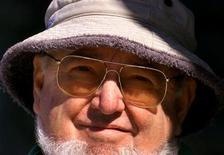 """<p>Foto de archivo del escritor australiano Thomas Keneally en su hogar de Sídney, Asutralia, 23 abr 2001. En el libro """"Searching for Schindler"""" (En busca de Schindler), el autor australiano Thomas Keneally recuerda el proceso de escribir su premiada novela """"El arca de Schindler"""", en la que se basó la famosa adaptación cinematográfica de Steven Spielberg. DG/CP</p>"""