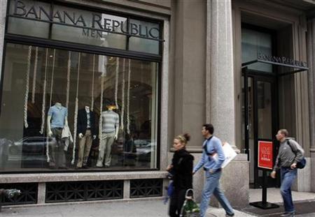 Pedestrians walk past a Banana Republic store along 5th Avenue in New York, May 11, 2008. REUTERS/Joshua Lott