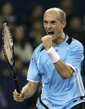 <p>O russo Nikolay Davydenko comemora após pontuar na partida contra o adversário Andy Murray. Davydenko venceu neste sábado Murray por 2 sets a 0 (parciais de 7-5 e 6-2) e enfrentará o número três do mundo Novak Djokovic, na final do Masters Cup de Xangai, no domingo. REUTERS/Aly Song</p>