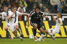 <p>O jogador Luca Toni, do Bayern de Munique, disputa a bola com os adversários da Borussia Moenchengladbach. A partida terminou empatada em 2 x 2 e acabou com a esperança de recuperação do Bayern de Munique. REUTERS/Ina Fassbender</p>
