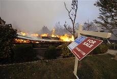 <p>Un'insegna davanti ad una casa distrutta dall'incendio nella zona di Sylmar alla periferia di Los Angeles, 15 novembre 2008. REUTERS/Phil McCarten</p>