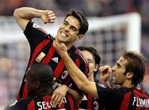 <p>Kaka' (al centro) festeggia con altri giocatori il gol su rigore segnato al Chievo allo stadio Meazza di Milano, 16 novembre 2008. REUTERS/Alessandro Garofalo</p>