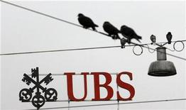 <p>Birds sit on wires in front of the logo of Swiss bank UBS at the Paradeplatz square in Zurich October 16, 2008. REUTERS/Arnd Wiegmann</p>