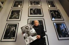 <p>Hollywood paparazzo Ron Galella holds a print of his 1971 image of Jacqueline Kennedy Onassis taken in New York City, at his home in Montville, New Jersey, November 6, 2008. REUTERS/Mike Segar</p>