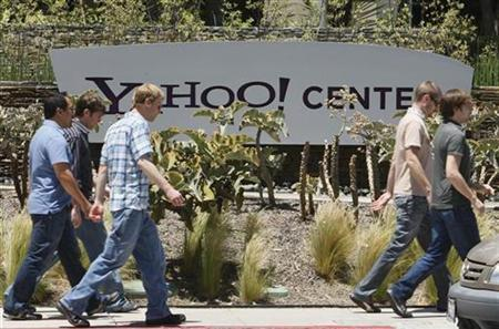 People walk past Yahoo! offices in Santa Monica, California in this May 19, 2008 file photo. REUTERS/Lucy Nicholson