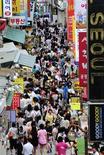<p>Dans une rue de Séoul. La crise a donné lieu à une forte augmentation des ventes de préservatifs en Corée du Sud, davantage de couples envisageant de reporter les naissances dans un contexte de retournement de l'économie. /Photo d'archives. REUTERS/Ben Weller</p>