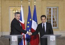 <p>Премьер-министр Великобритании Гордон Браун (слева) и президент Франции Николя Саркози (справа) жмут друг другу руки на переговорах в Версале 28 октября 2008 года. Президент Франции Николя Саркози и бывший премьер-министр Великобритании Тони Блэр проведут в январе 2009 года встречу международных лидеров и экспертов, посвященную мировому экономическому кризису, сообщила администрация Саркози. REUTERS/Patrick Kovarik/Pool</p>
