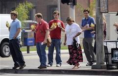 <p>Люди с фаст-фудом из ближайших заведений в южном Лос-Анджелесе 28 августа 2008 года. Около 36,2 миллиона американцев с трудом обеспечивают себя продуктами питания и около трети из них периодически голодает, свидетельствуют результаты опроса, проведенного администрацией США еще до экономического спада. REUTERS/Phil McCarten (UNITED STATES)</p>