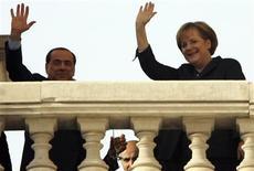 """<p>Toujours aussi facétieux à 72 ans, Silvio Berlusconi n'a pu résister à la tentation de jouer à cache-cache avec la chancelière allemande Angela Merkel à l'ouverture d'un sommet italo-allemand mardi à Trieste, dans le nord de l'Italie. Le président du Conseil italien s'est soudain dissimulé derrière une colonne à l'arrivée de son invitée et lui a lancé un tonitruant """"coucou !"""". /Photo prise le 18 novembre 2008/REUTERS/Nikola Solic</p>"""