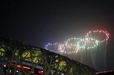 <p>Фейерверк над Национальным стадионом во время церемонии закрытия Олимпийских игр в Пекине 24 августа 2008 года. Производитель предметов гигиены Johnson & Johnson не будет продлевать спонсорский контракт с Международным олимпийским комитетом (МОК), срок действия которого истекает в конце этого года, сказала представитель МОК Эммануэль Моро. REUTERS/Christina Hu (CHINA)</p>