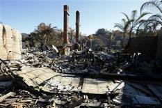 <p>A home decimated by recent wildfires sits abandoned in a Yorba Linda, California neighborhood November 18, 2008. REUTERS/Mike Blake</p>