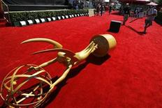 <p>A large Emmy statue lies on the red carpet in preparation for the 58th annual Primetime Emmy awards at the Shrine auditorium in Los Angeles August 26, 2006. REUTERS/Mario Anzuoni</p>