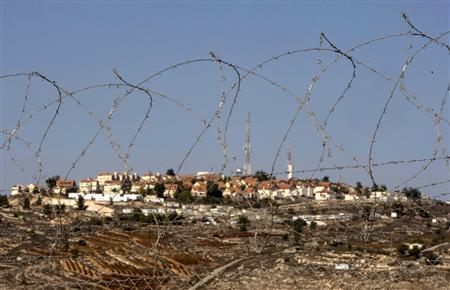 Houses are seen in the West Bank Jewish settlement of Psagot November 17, 2008. REUTERS/Eliana Aponte