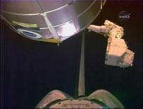 <p>La astronauta Heidemarie Stefanyshyn-Piper carga un tanque de nitrógeno hacia la zona de carga del transbordador espacial Endeavour durante una caminata espacial, 18 nov 2008. REUTERS/NASA TV (UNITED STATES).</p>