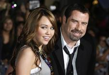 <p>John Travolta e Miley Cyrus alla première del film di animazione Bolt a Hollywood. REUTERS/Fred Prouser (UNITED STATES)</p>