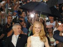 "<p>Nicole Kidman walks in the rain under an umbrella held by director Baz Luhrmann on the red carpet at the world premiere of their new film ""Australia"" in Sydney, November 18, 2008. REUTERS/Tim Wimborne</p>"
