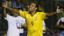 <p>O atacante Luis Fabiano comemora gol marcado contra Portugal em amistoso. 19 de novembro.REUTERS/Jamil Bittar (BRAZIL)</p>