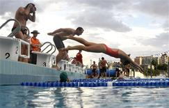 <p>Participants jump into a swimming pool during a weekly, after-work biathlon that gathers a few hundred professionals including lawyers, bankers and accountants, at The Domain adjacent to Sydney's central business district November 20, 2008. REUTERS/Tim Wimborne</p>