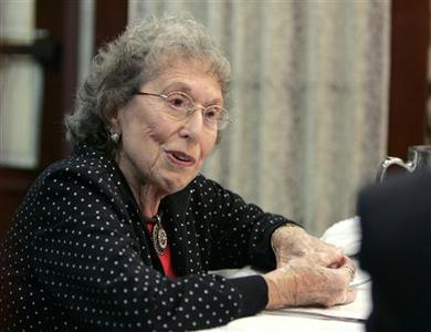 Edie Stark, 84, a retiree who lives in an upscale retirement complex, said she has been hard hit by the meltdown in U.S. financial markets during an interview in Miami November 6, 2008. REUTERS/Joe Skipper