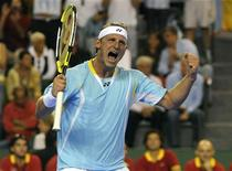 <p>O tenista argentino David Nalbandian comemora vitória contra o espanhol David Ferrer na final da Copa Davis. Nalbandian bateu Ferrer por 3 sets a 0 nesta sexta-feira e colocou a Argentina em vantagem por 1 x 0 contra a Espanha na final da Copa Davis. 21 de novembro.REUTERS/Fabian Luchessi (ARGENTINA)</p>